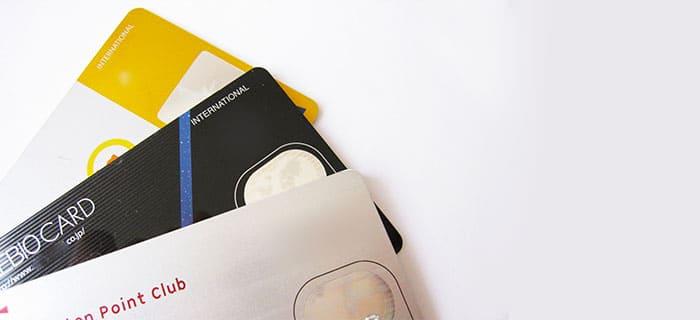重なるクレジットカード3枚