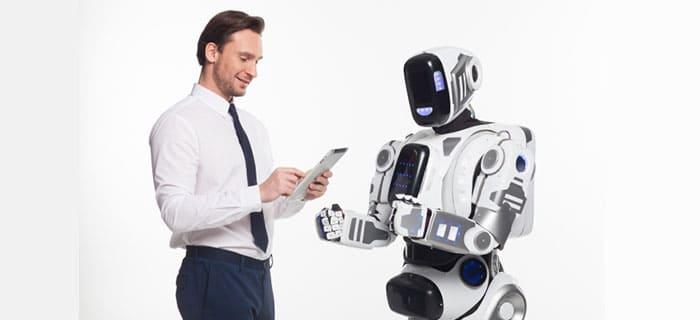 ロボットに投資の相談をする外国人男性