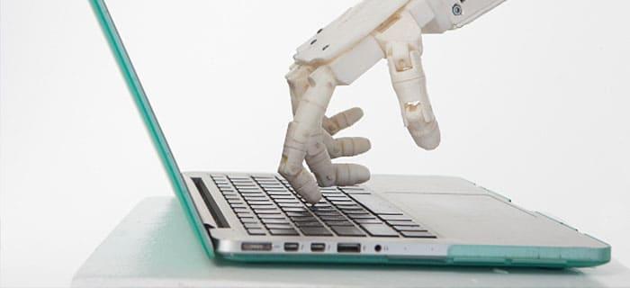 パソコンを操作するロボットの手
