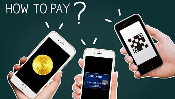 ビットコインやクレジットカードでモバイル決済をするスマートフォン