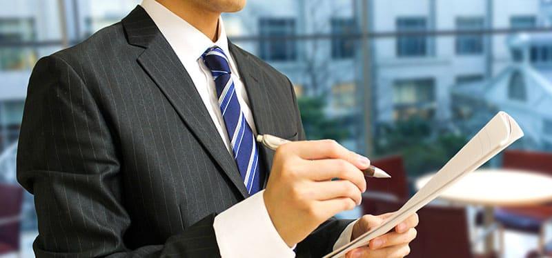 審査を行う消費者金融の男性